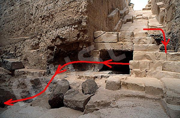 Verlauf des Grabräubertunnels in der Radjedef-Pyramide
